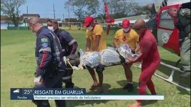 Homem é resgatado por um helicóptero na Prainha Branca, em Guarujá - Vítima se feriu após cair em uma encosta.
