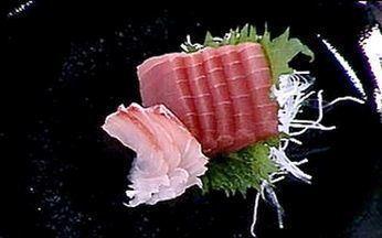 A arte do sashimi - Jun Sakamoto ensina o corte e o preparo do peixe crú.