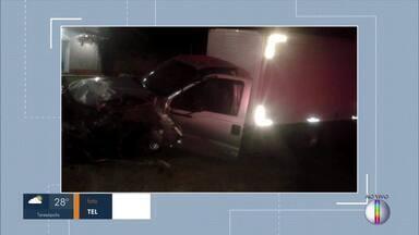 Três pessoas morrem após grave acidente na RJ-160, em Cantagalo, no RJ - De acordo com o Corpo de Bombeiros, o motorista de um carro de passeio teria tentado desviar de uma capivara na pista e bateu de frente com um caminhão.