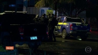 Confronto entre polícia e milicianos deixa 12 bandidos mortos no Rio - O grupo seguia em quatro carros quando foi interceptado, na rodovia Rio-Santos, perto de Itaguaí.