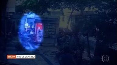 Homem morto após ser atingido por botijão de gás em Copacabana, no RJ, é identificado - Pedro de Brito Lima era conhecido pelo apelido de tronco. Ele vendia frutas pelas ruas do bairro. O reconhecimento foi feito através de impressão digital. O corpo de Pedro permanece no IML. Ele morreu na segunda (12), quando o pedreiro Venílson da Silva arremessou um botijão de gás pela janela de um prédio. Venílson está preso.