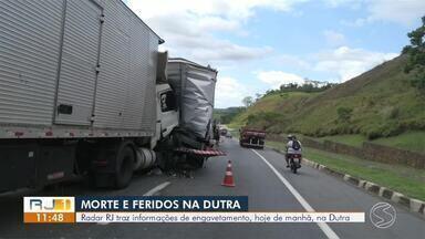 Engavetamento deixa um morto e dois feridos na Via Dutra, em Piraí - Segundo a PRF, acidente envolvendo um carro e três veículos pesados, com 'vítimas presas nas ferragens', aconteceu na altura do km 239, na pista sentido Rio.