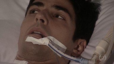 Edu acorda da cirurgia - Pedro se despede carinhosamente de Helena e Camila