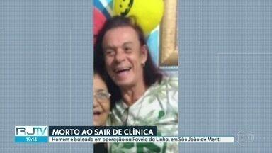 Homem morre baleado depois de sair de clínica médica, em São João de Meriti - Polícia fazia uma operação para tirar barricadas na região, mas afirma que não fez qualquer disparo