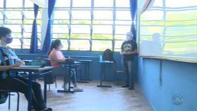Volta às aulas na rede estadual do RS tem escolas fechadas devido à falta de EPIs - Assista aos vídeos.