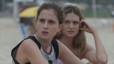 Ivana vê Cláudio com outra na praia - Simone incentiva a prima a se produzir de forma mais feminina para o jantar de noivado de Caio