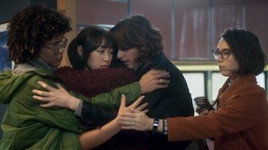 As Five, quem deu esse nome mesmo? - Keyla, Ellen, Lica, Tina e Benê se reencontram após seis anos sem se verem, durante o velório da mãe de Tina. Há um estranhamento entre elas.