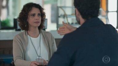 Marta conversa com Bóris sobre seus projetos educacionais - Bóris dá sugestões para Marta se engajar em ONGs que trabalham com escolas públicas. Lica avisa à mãe que está voltando para casa