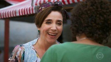 Francesca comemora boas vendas na feira - Giovanni ajuda a mãe. Nair gosta do bom humor da amiga