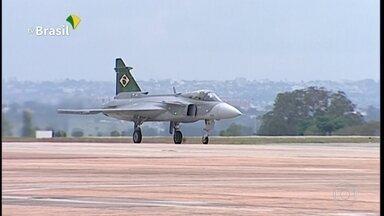 Força Aérea apresenta caça Gripen durante cerimônia do dia do aviador - Avião da empresa sueca Saab é o primeiro dos 36 comprados pelo Brasil.