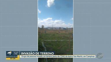 Grupo de pessoas invade terreno próximo ao CDHU San Martin, em Campinas - Invasão ocorreu na tarde de domingo (25), ocupantes limparam terreno e ergueram faixas e barracos. Secretaria de Habitação de Campinas (SP) diz que tentou negociar com os ocupantes.