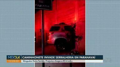 Motorista perde controle do carro e derruba muro em Paranavaí - Caminhonete praticamente atravessou o muro. Ninguém ficou ferido.