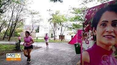 Outubro Rosa: Corrida simbólica é realizada em Montes Claros - Outubro é o mês delas, das mulheres. Esse fim de semana em Montes Claros, foi realizada no Parque Sagarana, a tradicional Corrida do Outubro Rosa. Por causa da pandemia, o evento teve que ser adaptado a realidade atual, apenas alguns integrantes puderam participar do percurso.