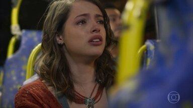 Camila se desespera ao saber que era má - Transtornada, ela entra em um ônibus e vai embora