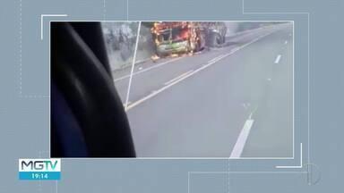 Ônibus de turismo pega fogo ao passar por Jequitaí - Segundo Corpo de Bombeiros, ninguém ficou ferido.