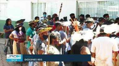 Indígenas protestam contra demissão de profissionais de saúde - Manifestantes contestam a demissão dos servidores durante a pandemia.