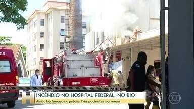 Mais de 24 horas depois do incêndio, ainda sai fumaça do Hospital de Bonsucesso, no Rio - Mais de 24 horas depois do incêndio, ainda sai fumaça do Hospital Federal de Bonsucesso, no Rio. A transferência dos pacientes que estavam no prédio só terminou de madrugada. Três pessoas morreram.