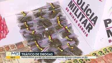 Polícia Militar prende traficantes na Pedreira Prado Lopes, em BH - Foram apreendidos dinheiro, uma arma de fabricação caseira e drogas.