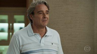 Aparício confessa a Rebeca que ainda pensa nela - Ele aparece na cobertura da ex-noiva e se oferece para fazer um café