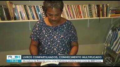 Doméstica abre biblioteca solidária com mais de 800 livros dentro da própria casa - Jane Alves, de 39 anos, é apaixonada pela leitura e decidiu compartilhar o acesso aos livros com crianças e jovens de baixa renda de Resende.
