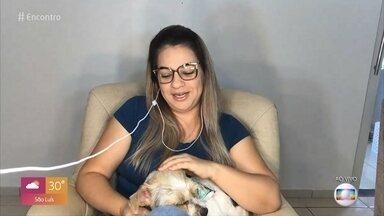 Viviane adotou cadelinha abandonada na estrada - Ela conta que viu as imagens da cachorrinha sendo abandonada e não teve dúvidas em adotar Vitória. Nova lei prevê penas de dois a cinco anos de prisão em caso de maus tratos a animais