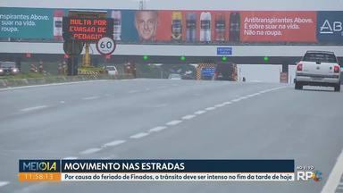 Feriado de Finados deixa o trânsito mais intenso nas rodovias - Motoristas precisam tomar cuidado com a pista molhada por causa da chuva.