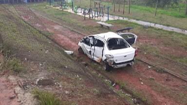 Carro desgovernado invade Praça da Juventude, em Mogi das cruzes - Segundo os bombeiros, o motorista seguia pela Rua Brigadeiro Nilton Braga, quando perdeu o controle do carro e invadiu a praça no Jardim Layr, na noite deste domingo (1º).