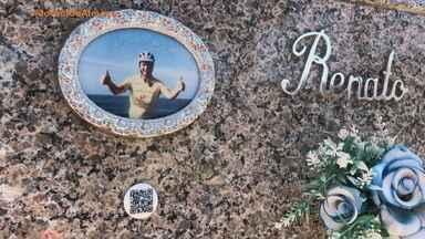 Família fixa QR Code em túmulo para eternizar momentos vividos com ente querido, na Serra - Assista ao vídeo.