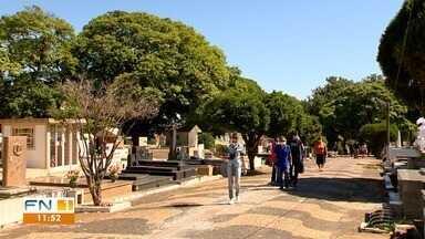 Familiares homenageiam entes queridos no Dia de Finados em Presidente Prudente - Cemitérios estavam abertos para receber os visitantes.