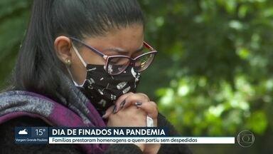 Dia de Finados é marcado por homenagens aos mortos pela Covid-19 - Famílias prestaram homenagens a quem partiu sem despedidas.