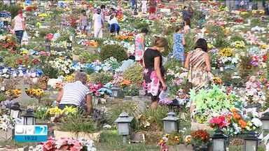 Homenagens em cemitérios de São Luís foram marcadas por cuidados contra a Covid-19 - Por conta da pandemia, muitas pessoas tomaram cuidados para se proteger da doença.