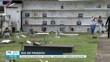 Cemitérios receberam visitantes respeitando medidas de prevenção contra Covid-19 - Cemitérios da região foram abertos para visitação no Dia de Finados.