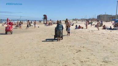 Feriado de Finados lota praias do Litoral Norte no RS - Movimento trouxe expectativas para o comércio local com a chegada da temporada de verão. Praias tiveram a fiscalização aumentada.
