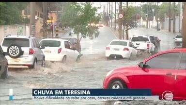 Chuva forte com granizo alaga avenidas e derruba árvores em Teresina - Chuva forte com granizo alaga avenidas e derruba árvores em Teresina