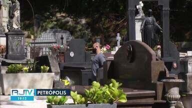 Dia de Finados tem movimento menor do que o habitual em cemitérios do interior do RJ - Fluxo foi menor por cauda da pandemia da Covid-19. Prefeituras adotaram esquemas especiais para receber visitantes neste feriado.