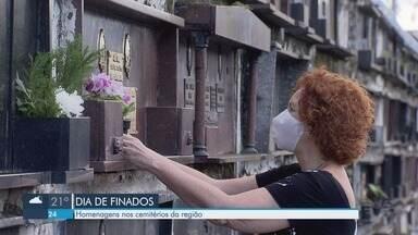 População realiza homenagens em cemitérios da Baixada Santista no dia de Finados - Moradores fizeram homenagens a amigos e familiares mesmo com restrições por causa da Covid-19.