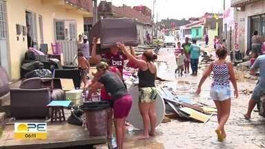 Chuva forte atinge cidades do Agreste e do Sertão - Em Sanharó, população trabalhou para limpar os estragos da enchente.