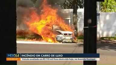 Incêndio em carro de luxo - Veículo foi destruído pelo fogo na zona norte de Maringá.