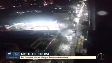 Em Campos, RJ, ruas ficam alagadas após forte chuva - De acordo com a Defesa Civil municipal, choveu na noite de ontem (04) 37,4 milímetros, num período de três horas. Até o momento o órgão não recebeu nenhum chamado.