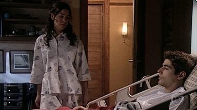 Capítulo de 05/11/2020 - Edu, com ciúmes de Camila, que ir embora da festa, mas convida-a para a piscina no dia seguinte. Diante da casa, Roberto tenta beijar Camila, mas ela foge. Estela avisa Edu que ele está se apaixonando. Camila acorda sorridente e deixa que pensem que é por causa de Roberto. Helena tem muito trabalho na clínica e nega-se a visitar Edu. Iris é a convidada de Alma.
