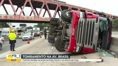 Carreta tomba na Av. Brasil - Foi na pista sentido Centro, na altura do Caju.