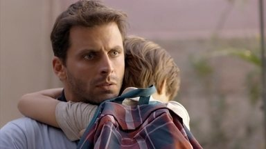 Samuca conta para Cassiano que Alberto o chamou de contrabandista - Alberto faz uma cena na frente da escola das crianças. Samuca se assusta com a atitude do empresário