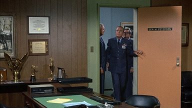 Enlouquecendo o Psiquiatra - Os relatórios do Dr. Bellows sobre suas estranhas experiências como psiquiatra de Tony convencem seus superiores de que o Dr. Bellows é que é o maluco.