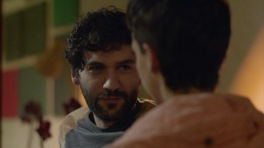 É Que Nem Dirigir Bêbado - Após anos de sexo sem proteção, Ciro descobre um improvável adversário: a camisinha. As diferentes repreensões de seus amigos o deixam apavorado.