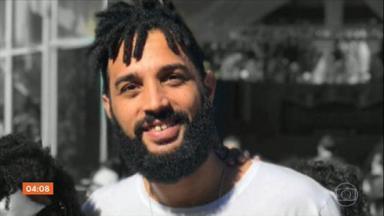 """Assassinato do cineasta Cadu Barcellos é investigado pela Polícia Civil do RJ - O cineasta Cadu Barcellos, de 34 anos, foi morto a facadas na madrugada desta terça-feira (10) no Rio. Segundo testemunhas, Cadu foi morto em uma tentativa de assalto. A Polícia Civil disse que abriu um inquérito para apurar as circunstâncias do crime e informou que a perícia constatou """"ferimentos provocados por instrumento perfurocortante, sobretudo na região do tórax""""."""