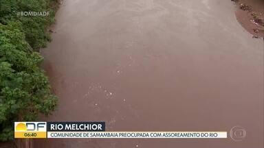 Moradores de Samambaia estão preocupados com assoreamento de rio - Segundo a Associação dos Amigos do Parque Três Meninas, desde 2018 o processo vem se intensificando no rio, em especial no trecho próximo a ponte da Escola Guariroba, na divisa entre Samambaia e Ceilândia.