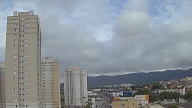 Previsão do tempo: Alto Tietê pode ter pancadas de chuva nesta quinta - Sol aparece entre nuvens no começo do dia, mas a nebulosidade aumenta no período da tarde e pode chover.