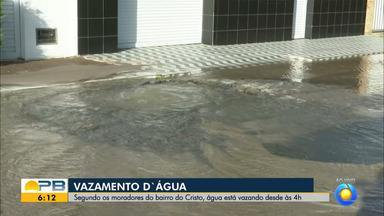 Água potável é desperdiçada em grande quantidade por causa de vazamento, em João Pessoa - Moradores relataram que vazamento acontece desde a madrugada