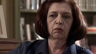 Ema desconfia que Maurinho vem ligando para Capitu - Ela fica intrigada ao atender mais uma ligação e a pessoa não falar nada