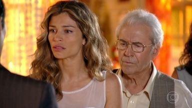 Ester recebe uma ordem de apreensão de Laura em favor de Alberto - Ela fica desesperada. Samuel tenta acalmá-la
